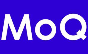 MoQ logotipas baltos raid4s violetiniame fone
